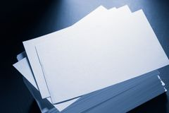 Stapel Weißbuchkarten Stockfoto