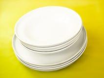 Stapel weiße Platten Stockbild