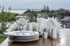 Stapel weiße Platten auf dem Tisch Stockbilder