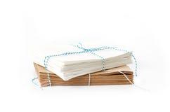 Stapel weiße und braune Papiertüten Stockbilder