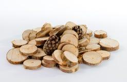 Stapel weinig ronde stukken van gezaagde pijnboomtakken en pijnboom twee Stock Foto