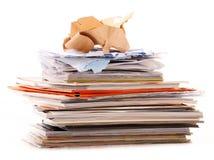 Stapel Wiederverwertung des Papiers auf Weiß Stockfotos