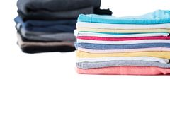Stapel Winterpullover und Sommert-shirts Stockfotografie