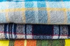 Stapel wollen gecontroleerde dekens Stock Afbeelding