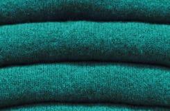Stapel woolen Strickjacken Nahaufnahme, Beschaffenheit, Hintergrund des Tendenz Quetzal-Grüns lizenzfreies stockfoto