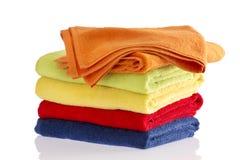 Stapel zachte handdoeken in de kleuren van de regenboog Stock Foto's