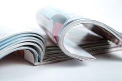 Stapel Zeitschriften auf dem Tisch Stockbilder