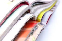 Stapel Zeitschriften auf weißem Hintergrund stockfoto