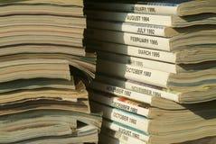 Stapel Zeitschriften betriebsbereit aufbereitet zu werden stockbilder