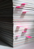 Stapel Zeitschriften mit Markierungen stockbild