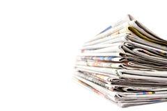 Stapel Zeitungen in der Farbe getrennt Stockfotos