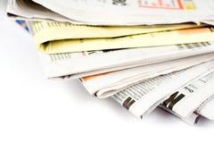 Stapel Zeitungen in der Farbe getrennt Stockfoto