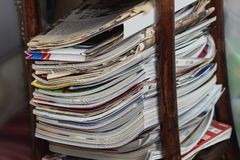 Stapel Zeitungen und Zeitschriften in der Lesetabelle Stockfoto