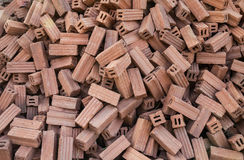 Stapel Ziegelsteine des roten Lehms für Baustelle Lizenzfreie Stockbilder