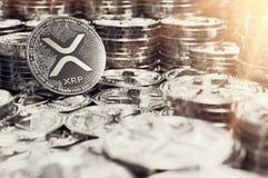 Stapel zilveren Rimpelingsxrp muntstukken in onscherpe close-up met lensgloed als symbool van welvaart het 3d teruggeven stock illustratie