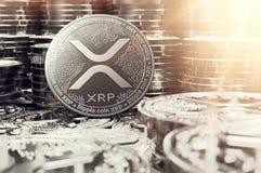 Stapel zilveren Rimpelingsxrp muntstukken in onscherpe close-up met lensgloed als symbool van welvaart het 3d teruggeven vector illustratie