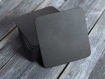 Stapel zwarte vierkante bieronderleggers voor glazen het 3d teruggeven Stock Foto's