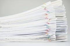 Stapeladministratie met kleurrijke het rapport witte achtergrond van de paperclipoverlapping Royalty-vrije Stock Foto