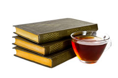 Stapelboek met GLB van thee op witte achtergrond Royalty-vrije Stock Afbeeldingen