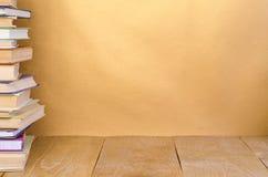 Stapelbuch auf hölzernem Stockfoto
