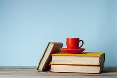 Stapelbuch auf Holztisch Scheren und Bleistifte auf dem Hintergrund des Kraftpapiers Zurück zu Schule Kopieren Sie Raum für Text Stockbilder