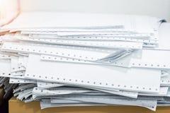 Stapeldokumente auf Schreibtisch im Büro stockfotografie