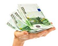 Stapelgeld in der weiblichen Hand. lizenzfreie stockfotografie