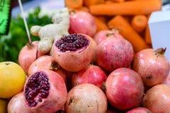 Stapelgranatapfel im Markt lizenzfreie stockbilder