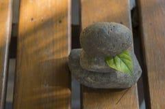 Stapelholzfußboden-Steinkonzept des Zenfelsens Tri geistiges Stockbild