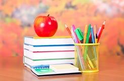 Stapellehrbücher und Satz Kugelschreiber Lizenzfreies Stockbild