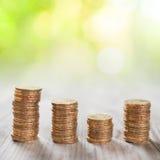 Stapelmünzen mit Naturhintergrund Lizenzfreie Stockfotos