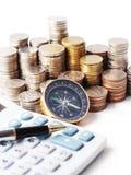 Stapelmünzen und -Kugelschreiber auf Taschenrechner Lizenzfreies Stockfoto