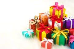 Stapeln av gåvor på white fejkar päls. (horisontal) royaltyfri bild