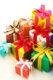 Stapeln av gåvor på white fejkar päls. (vertical) royaltyfri fotografi