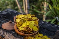 Stapeln der Goldmünze im Glas auf hölzernem mit unscharfem Hintergrund, Geldstapel für Unternehmensplanungs-Investition und Spare lizenzfreies stockfoto