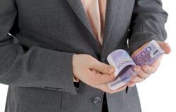 Stapeln Sie Banknoten von Euro 500 in den männlichen Händen Stockbilder