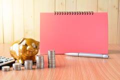 Stapeln Sie Münzen, Taschenrechner und Sparschwein auf hölzerner Tabelle und Kopien-SP Lizenzfreies Stockbild