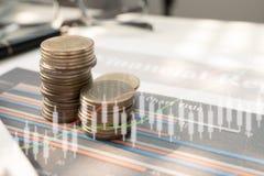 Stapeln Sie Münzgeld mit Bericht für Finanz- und Bankwesen Stockfotografie