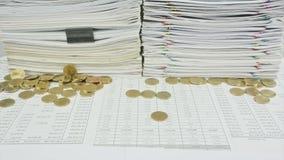 Stapeln Sie Papier- und Goldmünzen auf TabellenZeitspanne stock footage