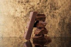 Stapeln Sie und blockieren Sie Schokolade auf einem Steinhintergrund Stockfotos