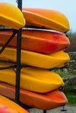 Stapeln Sie von hell farbigen Kajaks stockfoto
