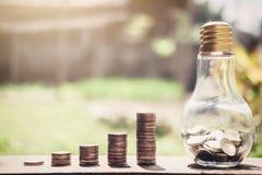 Stapeln von den Münzen und von Geld, die für die Rettung, Münze im Glas-bottl wachsen Stockfotos