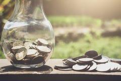 Stapeln von den Münzen und von Geld, die für die Rettung, Münze im Glas-bottl wachsen Stockbilder