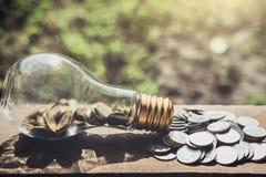 Stapeln von den Münzen und von Geld, die für die Rettung, Münze im Glas-bottl wachsen Stockfoto