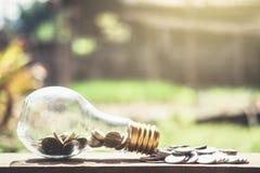 Stapeln von den Münzen und von Geld, die für die Rettung, Münze im Glas-bottl wachsen Stockbild
