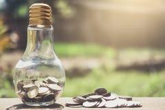 Stapeln von den Münzen und von Geld, die für die Rettung, Münze im Glas-bottl wachsen Lizenzfreie Stockfotografie