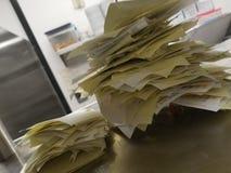 Stapeln von Papiermahlzeit-Herstellern lizenzfreie stockfotografie
