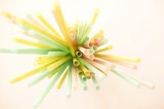 Stapelpastelkleur van kleurrijk stro stock foto's