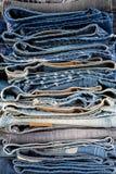 Stapelpf de textuur van de jeansbroek, donkerblauwe denimbroeken toont Stock Fotografie