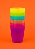 Stapelplastikglas, Regenbogenfarbe Stockfotos
